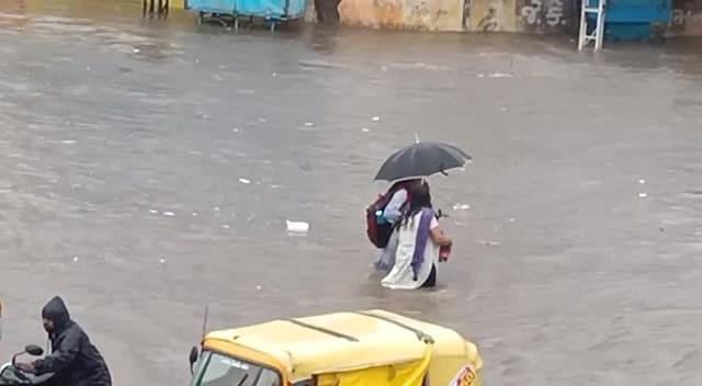 આણંદમાં 4 કલાકમાં 7 ઇંચ વરસાદ પડતા રસ્તાઓ બેટમાં ફેરવાયા આણંદ