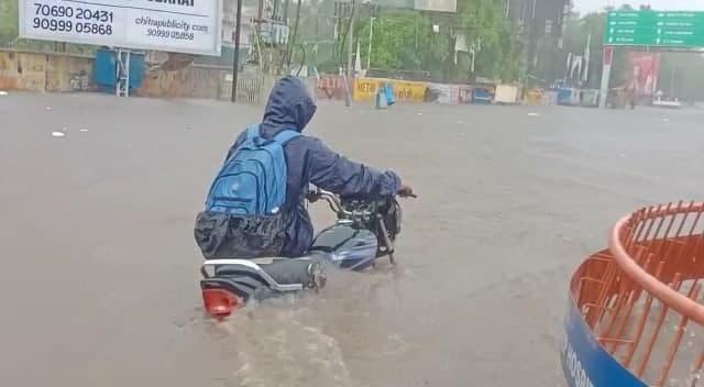 આણંદમાં 4 કલાકમાં 7 ઇંચ વરસાદ પડતા રસ્તાઓ બેટમાં ફેરવાયા
