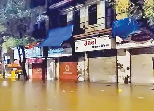 પ્રચંડ જળતાંડવથી મહાનગરી મુંબઇ ખેદાન-મેદાન : 32નાં મોત