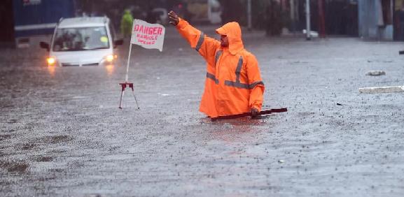 મુંબઇમાં સતત એકધારો મુસળધાર વરસાદ, સર્વત્ર પાણી… પાણી… પાણી…